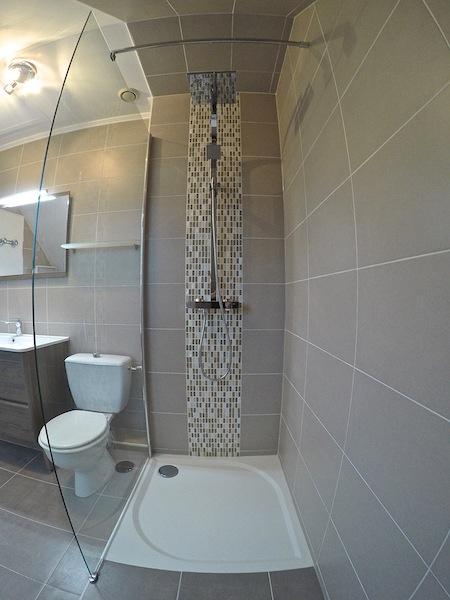 Douche sous pente baignoire with douche sous pente for Eclairage salle de bain sous pente