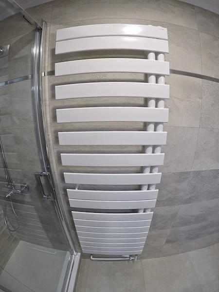 Nov 2017 salle de bain a t o m 77 for Seche serviette sous pente